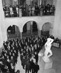 XXXIII-1429-04 Een uitvoering van de Wiener Männergesangverein in de hal van het stadhuis, op de galerij burgemeester ...
