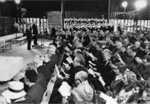 XXXIII-1469-1 Tijdens de ingebruikneming van de Nederlands Hervormde Antwoordkerk. De eerste dienst, op de eerste rij ...