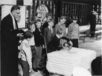 XXXIII-1469-2 Tijdens de ingebruikneming van de Nederlands Hervormde Antwoordkerk. De eerste dienst, een kind vult het ...