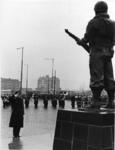 XXXIII-1472-03 Het Korps Mariniers is 299 jaar. Generaal-Majoor J.G.M. Nass heeft zojuist een krans gelegd bij het ...