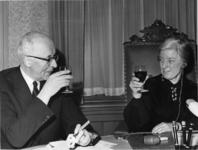 XXXIII-1477-01-04 Burgemeester mr. G.E. van Walsum neemt tijdens zijn afscheidstournee als burgemeester van Rotterdam ...