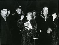 XXXIII-1487-01 Tijdens het afscheid van burgemeester mr. G.E. van Walsum en echtgenote mevrouw mr. J.M. van ...