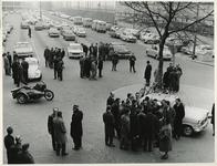 XXXIII-1495 Wethouder H. Bavinck verricht de opening van het bejaardencentrum Waelestein aan het Schulpplein.