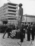 XXXIII-1504-06 Herdenking van de Gevallenen uit de Tweede Wereld Oorlog. Na de onthulling legt Z.K.H. Prins Bernhard ...