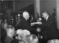 XXXIII-1510 Opbouwdag. Burgemeester W. Thomassen overhandigt oud-burgemeester P.J. Oud het boek Stad in Beweging van ...