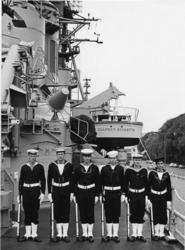 XXXIII-1515 Zes leden van de bemanning van het Amerikaanse oorlogsschip USS Claude V. Ricketts , bemanning van ...
