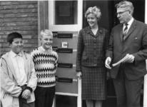 XXXIII-1529-05 Burgemeester W. Thomassen heeft het bordje jeugdconsul bij de brievenbus van de flat van mevrouw H. van ...