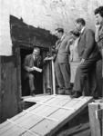 XXXIII-1530-02-2 Burgemeester W. Thomassen komt uit een tunnelstuk van de Beneluxtunnel bij een gezamenlijk bezoek van ...
