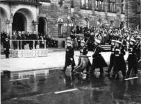 XXXIII-1534-13-2 Défilé van mariniers voor het stadhuis, in aanwezigheid van Z.K.H. Prins Bernhard, ter gelegenheid van ...