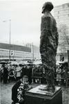 XXXIII-1545-01 Burgemeester W. Thomassen legt een krans bij het verzetsmonument aan de Westersingel. Het beeldhouwwerk ...