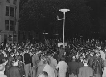 XXXIII-1545-02 Provo's tijdens een happening bij het standbeeld van Fikkie op het Eendrachtsplein.