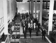 XXXIII-1548-02-01 Tijdens de opening van het nieuwe Concert-en Congresgebouw De Doelen. De gasten stromen de gangen ...