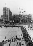 XXXIII-1548-02 Het oplaten van ballonnen op het Schouwburgplein, bij de opening van het nieuwe Concert-en Congresgebouw ...