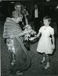 XXXIII-1548-03-1 Aanbieding van bloemen aan H.M. Koningin Juliana tijdens haar aanwezigheid bij de opening van het ...