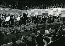 XXXIII-1548-04-1 Burgemeester W. Thomassen houdt een toespraak bij de opening van het nieuwe Concert-en Congresgebouw ...