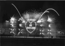 XXXIII-1548-05 Vuurwerk op het Schouwburgplein, bij de opening van het nieuwe Concert-en Congresgebouw De Doelen.
