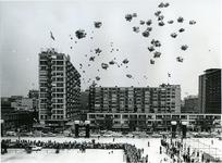 XXXIII-1548-1 Het oplaten van ballonnen op het Schouwburgplein, bij de opening van het nieuwe Concert-en Congresgebouw ...