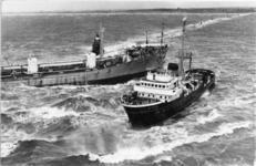 XXXIII-1609-01 De Noorse tankschip Anco State is gestrand op de Noorderpier te Hoek van Holland. De sleepboot Witte ...