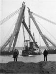 XXXIII-1622 De berging van het gezonken Griekse schip Akti in de Elbehaven, door de bokken Magnus II en III van het ...