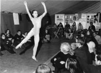 XXXIII-1633-2 Een balletuitvoering tijdens de Nationale Speelweek in een tent op het parkeerterrein aan de Van ...