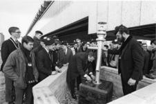 XXXIII-1690 Aanbieding van de sculptuur Stroming door leden van de HTS-studentensociëteit 't Spuigat ter plaatsing ...