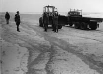 XXXIII-1702 Opruiming van aangespoelde olie op het strand van Hoek van Holland.