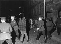 XXXIII-1709 Politieoptreden tegen herrieschoppers na de bekendwording van de geboorte van Prins Willem-Alexander