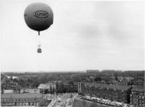 XXXIII-1716 Ballon opstijging vanaf de Gerdesiaweg, tijdens de viering van Koninginnedag.