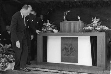 XXXIII-1761 De minister van Buitenlandse Zaken, mr. J.M.A.H. Luns , verricht de officiële opening van de nieuwe ...