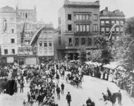 XXXIII-208 Paul Krüger maakt een rijtoer door de stad. Op de foto: de Grotemarkt bij het Erasmusmonument.