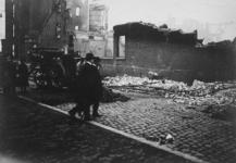 XXXIII-224-00-01 Na de brand van de stoomhoutzagerij en kuiperij van de firma W. van de Lugt & Zoon aan de Oeverstraat.