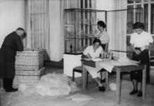 XXXIII-537-1 Het inpakken van glaswerk in het Museum Boijmans. Zichtbaar de medewerkers: v.l.n.r. v.d. Heijden, W. ...