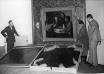 XXXIII-537-2 Het inpakken van schilderijen in het Museum Boijmans. Zichtbaar v.l.n.r. de heren Van Harskamp (perschef), ...