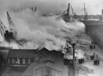 XXXIII-562 Brand in loodsen in de Katendrechts haven. In de loods lag hooi opgeslagen bestemd voor defensie.