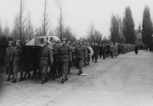 XXXIII-565-00-01 Begrafenis van de op 28 maart 1940 neergeschoten Engelse vlieger J. Miller op de Algemene ...
