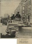 XXXIII-566-06-1 Duitse militairen op een tank in de Van der Takstraat. Op de achtergrond de Willemsbrug.