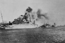 XXXIII-566-10-2 Het passagiersschip Statendam is door Nederlandse militairen in brand geschoten, bij een poging een ...