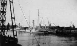 XXXIII-566-10-5 In de Merwehaven liggen de sleepboten LAZ12, LAZ44 en LAZ45 die in gebruik zijn door het Rode Kruis.