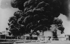 XXXIII-567-06 Grote rookwolken en brand in de olieopslagtanks aan de 1e Petroleumhaven. Veroorzaakt door een Duitse ...