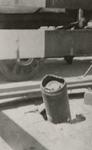 XXXIII-569-02-26 Een blindganger veroorzaakt door het Duitse bombardement van 14 mei 1940. In de Nieuwe Plantage steekt ...