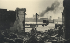 XXXIII-569-19-1 Gezicht op de door het Duitse bombardement van 14 mei 1940 getroffen deel van de Rechter Maasoever en ...