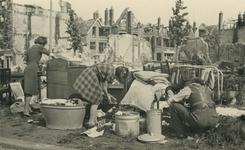XXXIII-569-19-2 Vluchtelingen met hun geredde have.