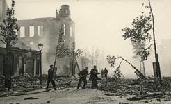 XXXIII-569-19-3 Blussingswerk op de door het Duitse bombardement getroffen panden.