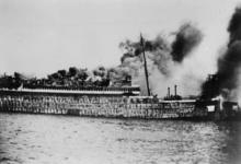 XXXIII-569-37-14 Het passagiersschip Statendam III door Nederlands artillerievuur in brand geschoten.
