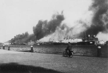 XXXIII-569-37-14B Het passagiersschip Statendam III door Nederlands artillerievuur in brand geschoten.
