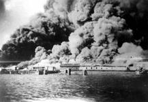 XXXIII-569-37-17 Een brandende haven, als gevolg van het Duitse bombardement van 14 mei 1940.