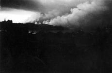 XXXIII-569-37-22 Gezicht op de brandende stad Rotterdam. Als gevolg van het Duitse bombardement van 14 mei 1940. Opname ...