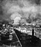 XXXIII-569-37-25 Gezicht op brandend Rotterdam als gevolg van het Duits bombardement van 14 mei 1940. Gezien uit het westen.
