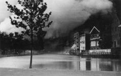 XXXIII-569-39-02-14 De Schiedamse Vest met rookwolken en panden in brand, als gevolg van het Duitse bombardement van 14 ...