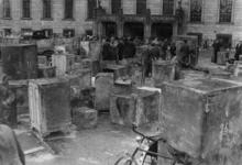 XXXIII-571-00-01 Brandkasten uit verwoeste panden staan opgesteld aan de achterzijde van het stadhuis.